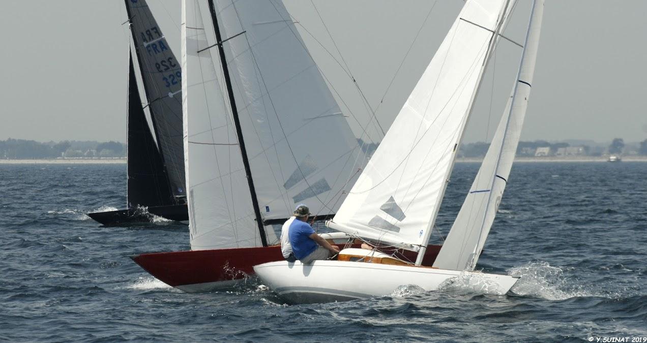Règles de course – un bateau prioritaire est-il un obstacle ?